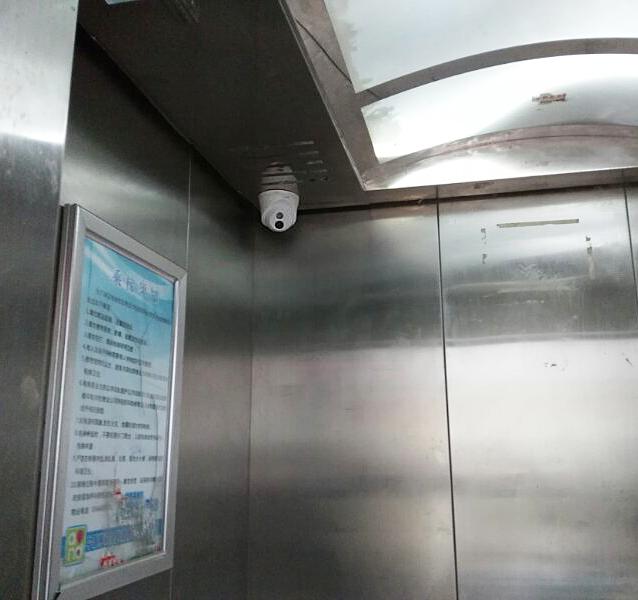 网络拓扑 本方案在电梯井内安装TP-LINK电梯监控专用CPE无线套装,取代传统有线线缆,省却大量布线工作。  安装效果 在电梯井内正对安装CPE无线套装,无需配置:  电梯内安装视场角大(镜头焦距小)的TP-LINK半球型红外摄像机,小巧隐蔽:  设备清单 【核心交换机】TL-SG1024T  全千兆以太网交换机,24个100/1000M自适应端口,提供标准交换、VLAN隔离和网络克隆三种工作模式,即插即用。 【接入交换机】TL-SF1008D  百兆以太网交换机,8个10/100M自适应端口,即插即用